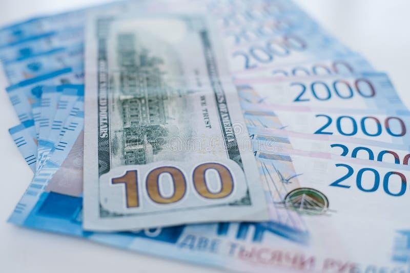 Cédula de 100 dólares e rublos 2000 de russo americanos Comércio, cooperação ou atracar-se do conceito foto de stock royalty free