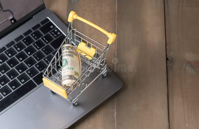 Cédula do dinheiro do dólar do dinheiro no carrinho de compras do trole imagem de stock royalty free