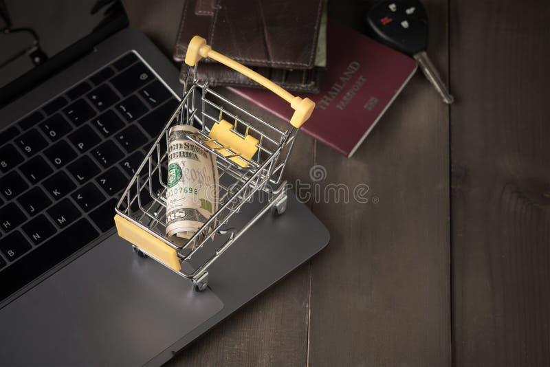 Cédula do dinheiro do dólar do dinheiro no carrinho de compras do trole fotografia de stock royalty free