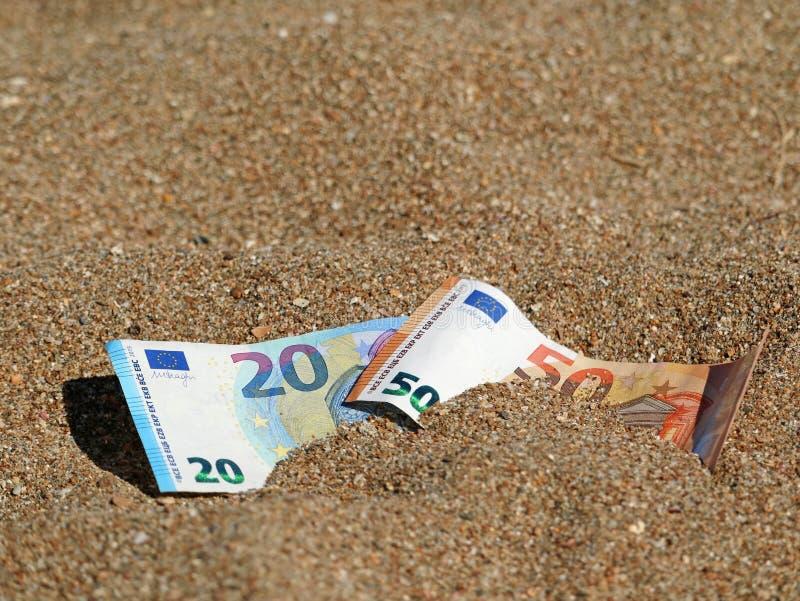 Cédula do euro cinqüênta e vinte na areia na praia com espaço da cópia foto de stock