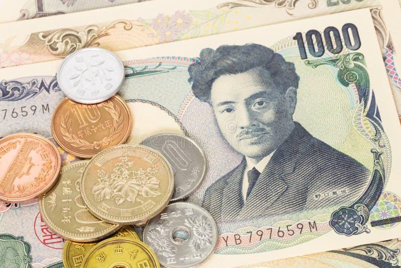Cédula e moedas japonesas dos ienes do dinheiro imagens de stock