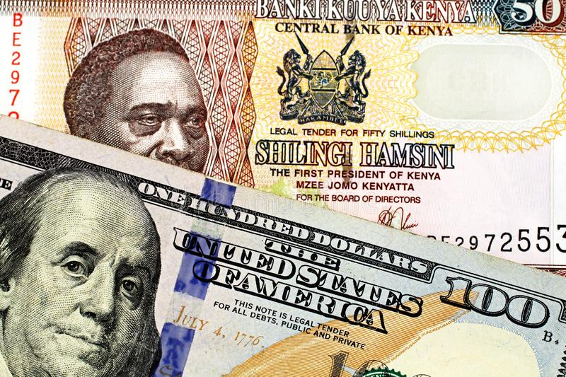 Cédula Kenyan de cinqüênta xelins com umas cem notas de dólar americana imagem de stock