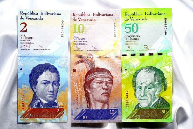 Cédulas da Venezuela em um fundo branco do cetim foto de stock