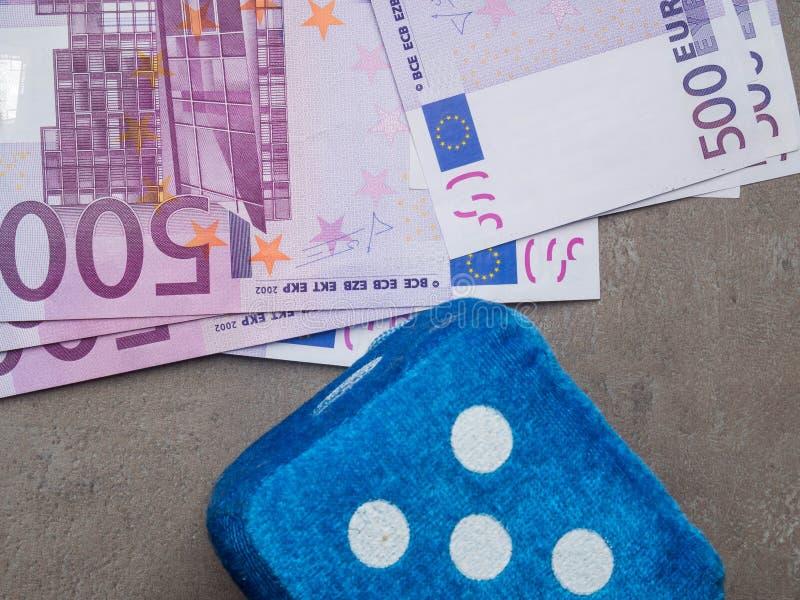 cédulas das microplaquetas do cubo euro-, foto no movimento Conceito - esperança para a boa sorte fotos de stock royalty free
