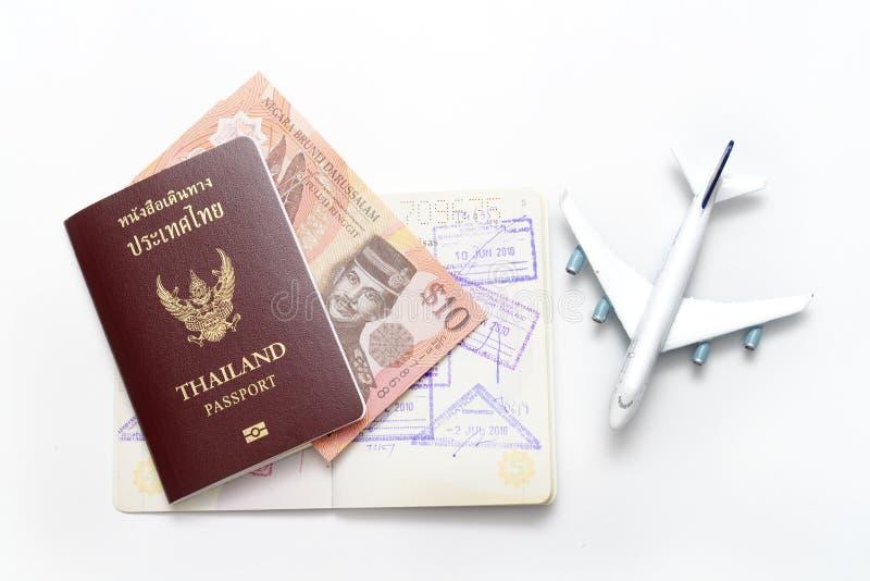 Cédulas de Brunei Darussalam Darussalam e passaporte de Tailândia imagem de stock