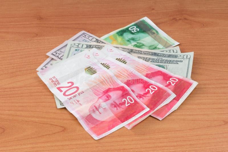 Cédulas do dólar de Estados Unidos e cédulas novas israelitas do shekel imagem de stock royalty free