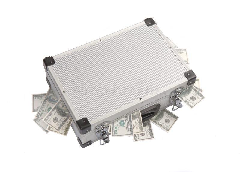 Cédulas do dólar que colam fora de uma mala de viagem de alumínio foto de stock royalty free