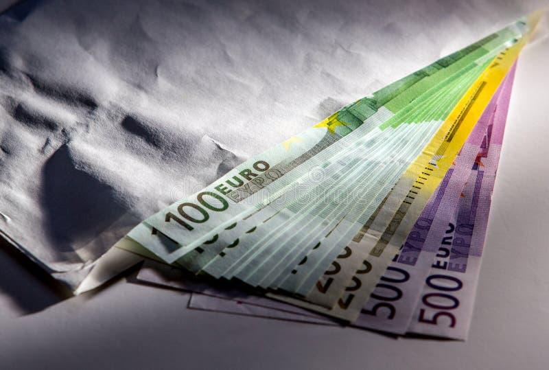 Cédulas do dinheiro do Euro no envelope fotografia de stock
