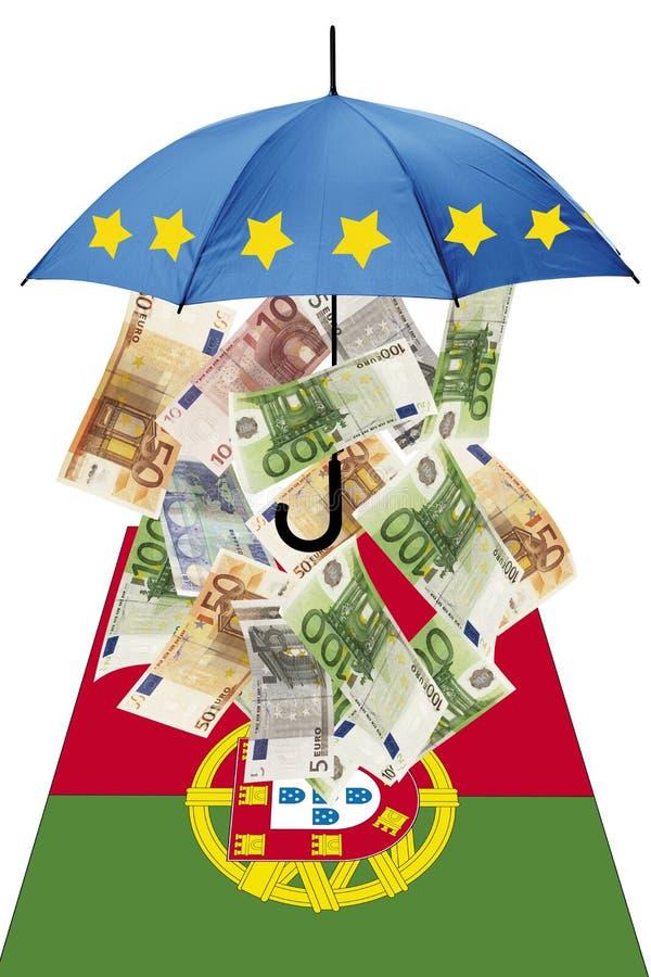 Cédulas do Euro sob o guarda-chuva com bandeira portuguesa fotos de stock