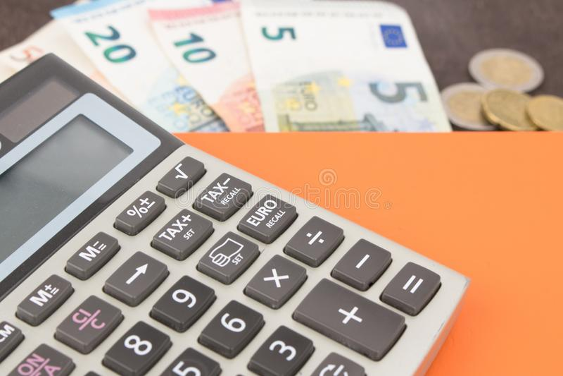 Cédulas e calculadora Cédulas do Euro no fundo de madeira Foto para o imposto, o lucro e o cálculo de gastos imagens de stock