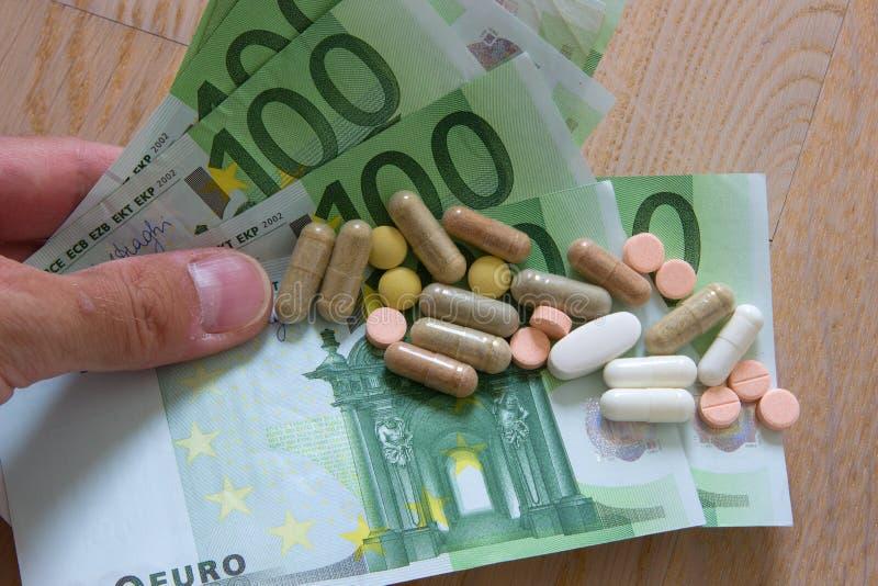 Cédulas e medicinas do Euro imagens de stock