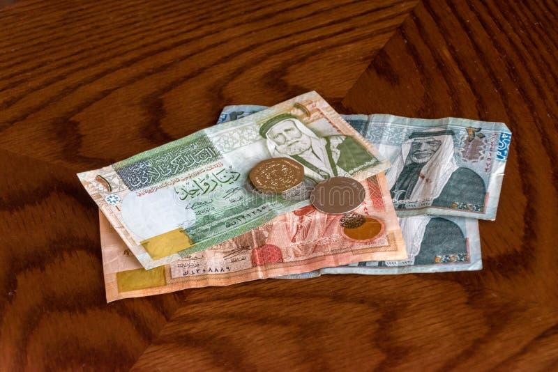 Cédulas e moedas do dinar jordano fotografia de stock