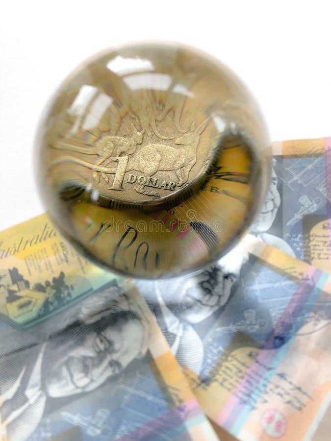 Cédulas, moeda e bola de cristal australianas no whitebackround foto de stock
