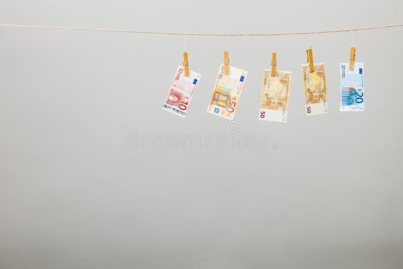 Cédulas na linha da lavanderia imagem de stock