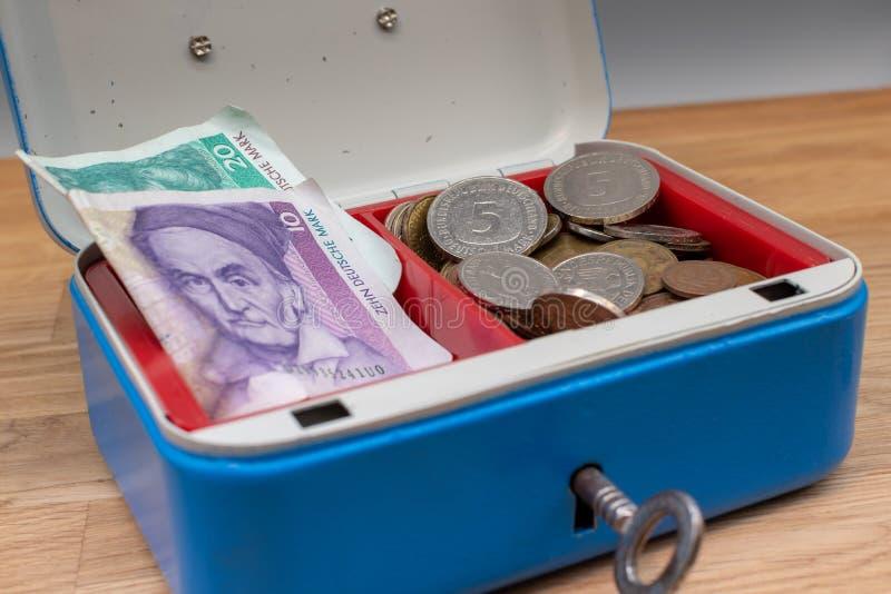 Cédulas velhas e moedas de marco alemão fotos de stock royalty free