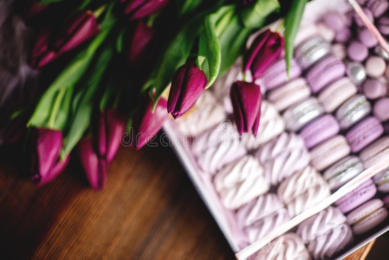 Céfiro, macarrones y tulipanes foto de archivo
