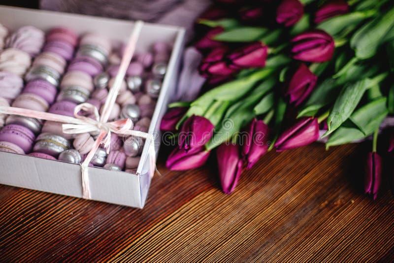 Céfiro, macarrones y tulipanes fotos de archivo