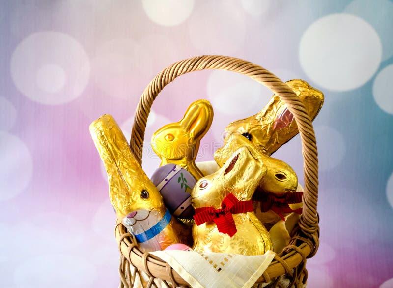 Célébrant Pâques avec, l'or a déjoué des lapins de chocolat et des oeufs colorés image stock