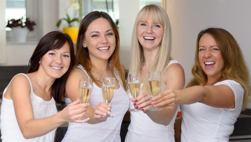 Célébration attrayante heureuse de quatre amies photographie stock