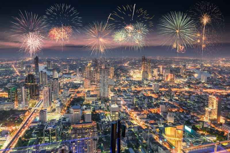 Célébration avec des feux d'artifice sur la ville de Bangkok images libres de droits