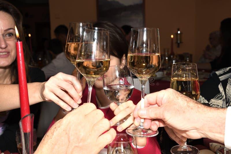 Célébration avec le verre de pain grillé de vin photographie stock libre de droits