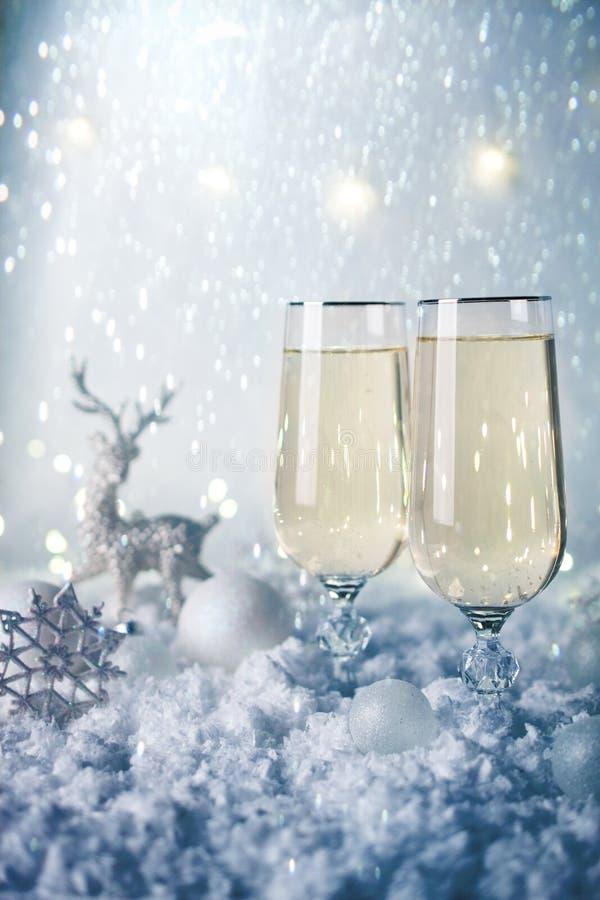 Célébration d'an neuf et de Noël Décoration de deux Champagne Glasses et de vacances Beau couvert brillant pour Noël photo stock