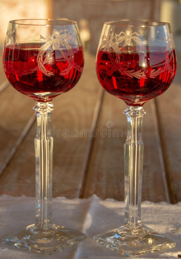 Célébration d'un Sundowner romantique avec du vin rosé effrayant images stock