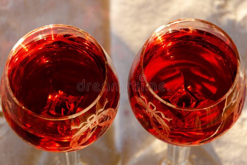 Célébration d'un Sundowner romantique avec du vin rosé effrayant photos libres de droits