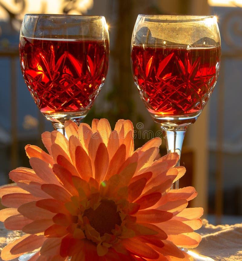 Célébration d'un Sundowner romantique avec du vin rosé effrayant photographie stock