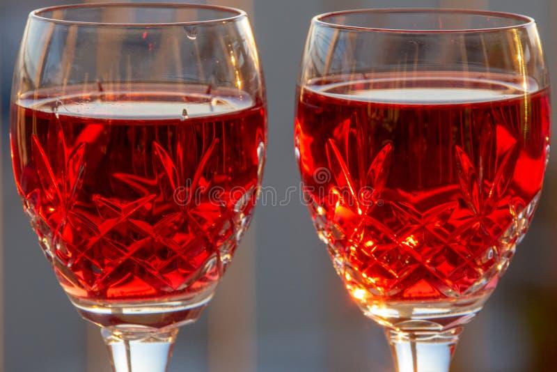 Célébration d'un Sundowner romantique avec du vin rosé effrayant image libre de droits