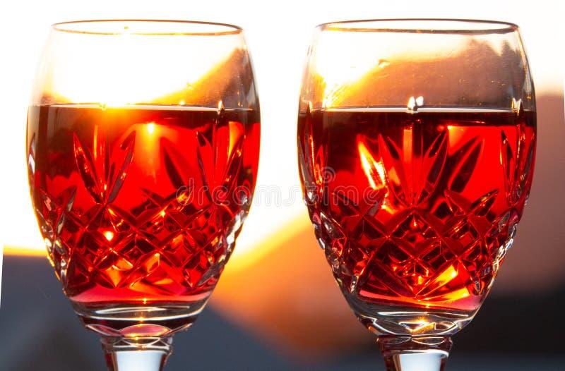 Célébration d'un Sundowner romantique avec du vin rosé effrayant photo stock