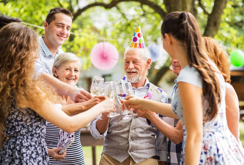 Célébration de famille ou une réception en plein air dehors dans l'arrière-cour photo stock