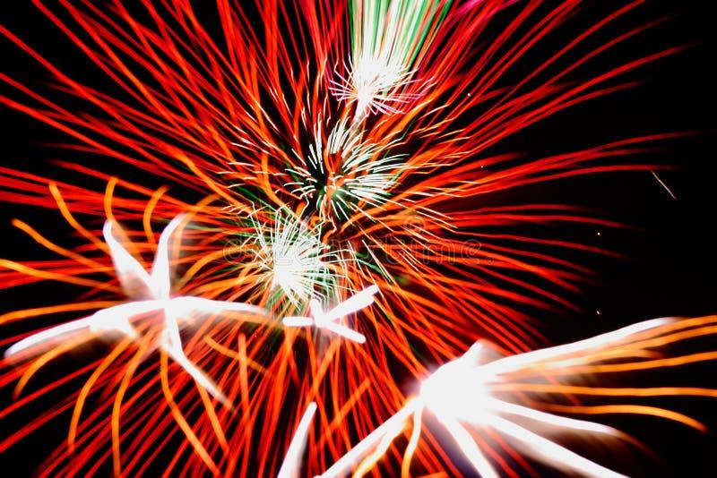 Célébration de feux d'artifice contre le ciel noir photos stock