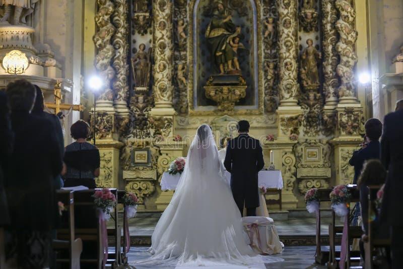 Célébration de jour du mariage d'autel de jeune mariée de marié image libre de droits