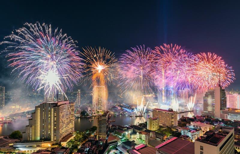 Célébration de jour de l'an avec les feux d'artifice colorés sur la rive de Chao Phraya avec le point de repère de bâtiment d'Ico image stock