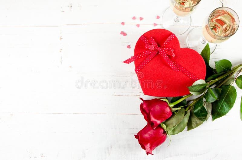 Célébration de jour de valentines avec le champagne photographie stock