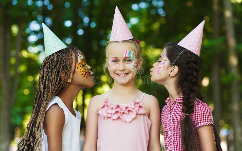 Célébration de joyeux anniversaire en parc images stock