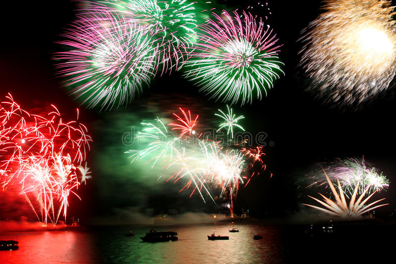 Célébration de l'an neuf, feu d'artifice au-dessus de la mer image stock