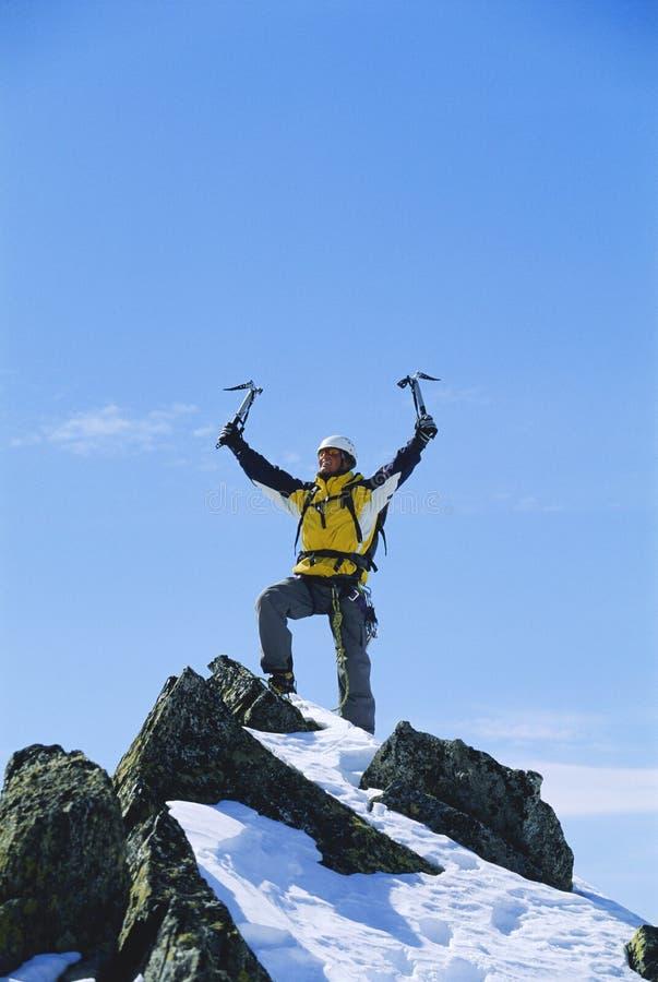 célébration de la montagne d'homme atteignant de premiers jeunes photos libres de droits