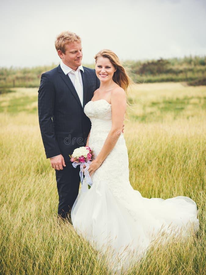 Célébration de mariage avec le bouquet photos stock