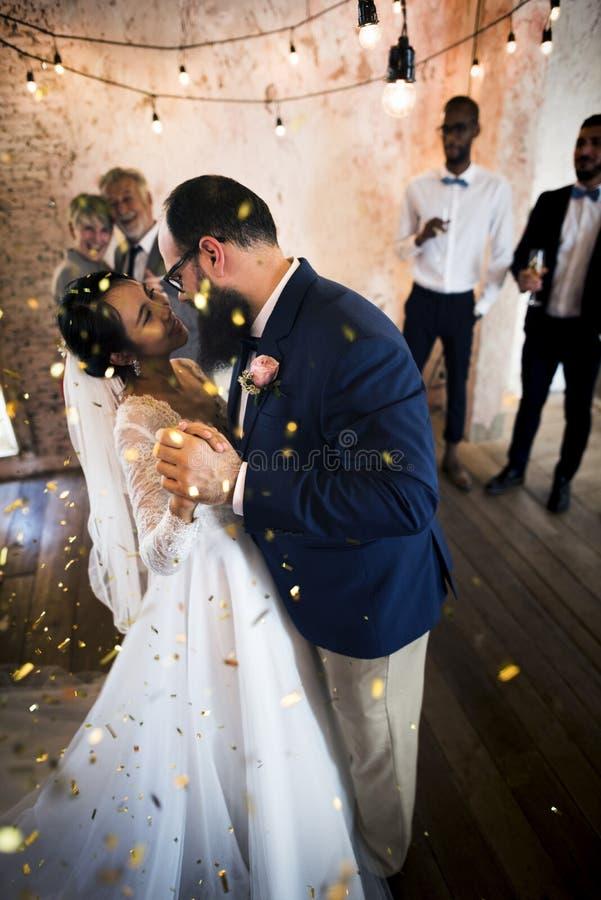Célébration de mariage de danse de couples de nouveaux mariés images stock
