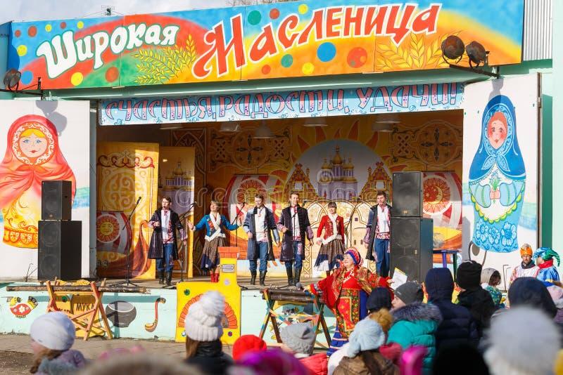 Célébration de Maslenitsa Le choeur de l'ensemble de ville exécute sur l'étape dans le parc de ville photo libre de droits