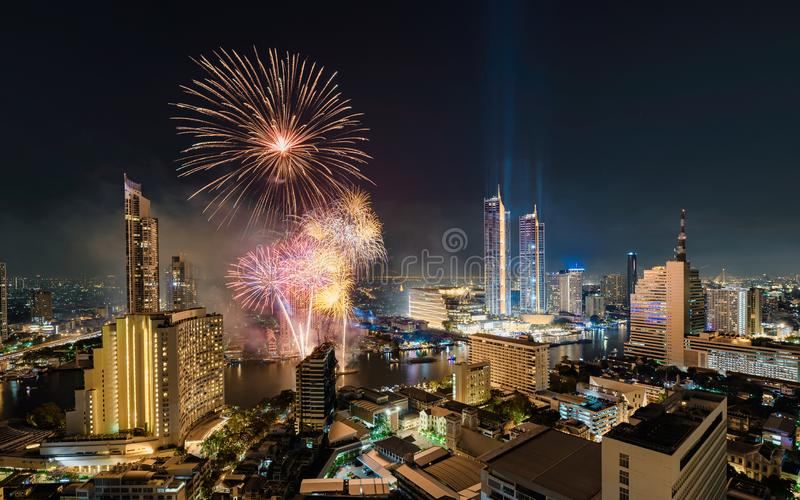 Célébration de nouvelle année avec les feux d'artifice colorés sur la rive de Chao Phraya avec le point de repère de bâtiment d'I image libre de droits