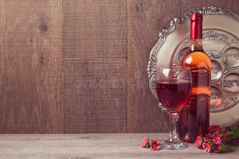 Célébration de pâque avec du vin et le plat de seder au-dessus du fond en bois images stock