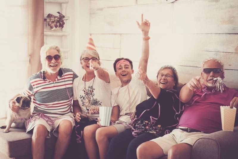 Célébration de partie de carnaval comme l'anniversaire ou les nouvelles années de veille pour la famille avec les générations mél photo stock