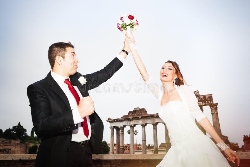 Célébration des nouveaux mariés image libre de droits