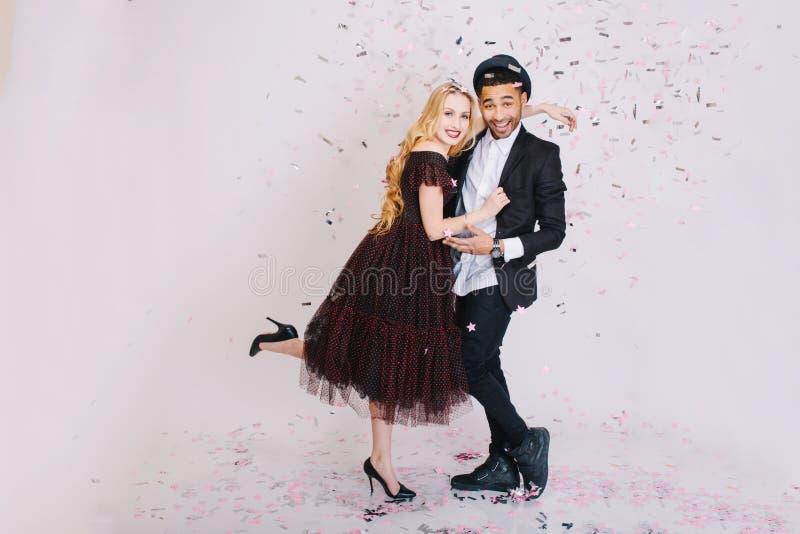 Célébration enthousiaste de partie des couples appréciés dans l'amour dans des vêtements égalisants de luxe ayant l'amusement ens photographie stock libre de droits