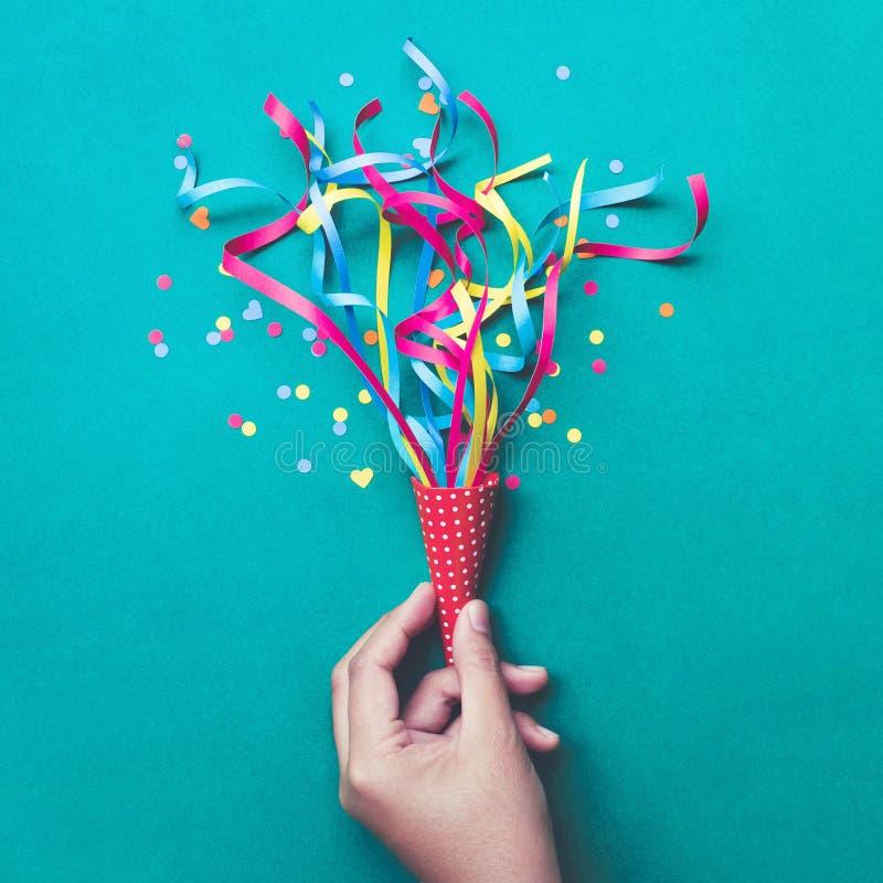 Célébration, idées de concepts de milieux de partie avec la main tenant les confettis colorés, flammes image stock
