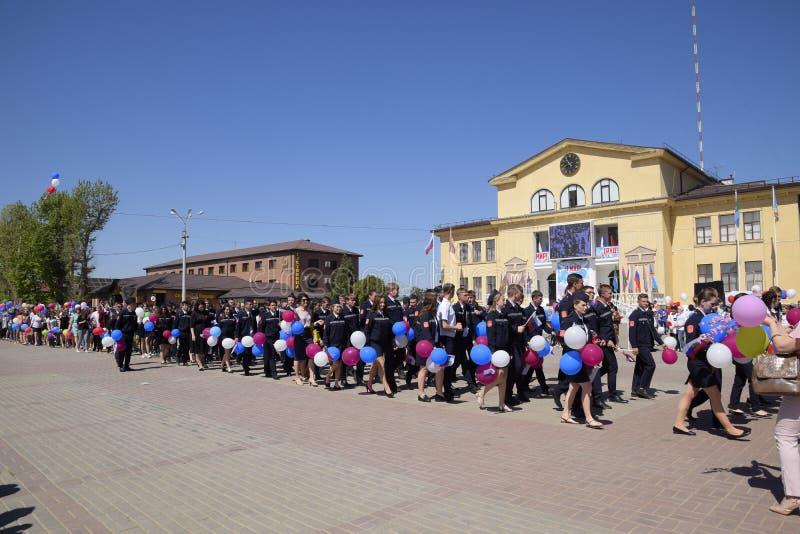 Célébration premier le mai, le jour du ressort et du travail Défilé de mayday sur la place de théâtre dans la ville de Slavyansk photo libre de droits
