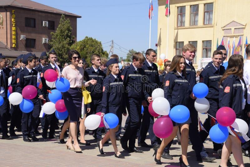 Célébration premier le mai, le jour du ressort et du travail Défilé de mayday sur la place de théâtre dans la ville de Slavyansk images stock